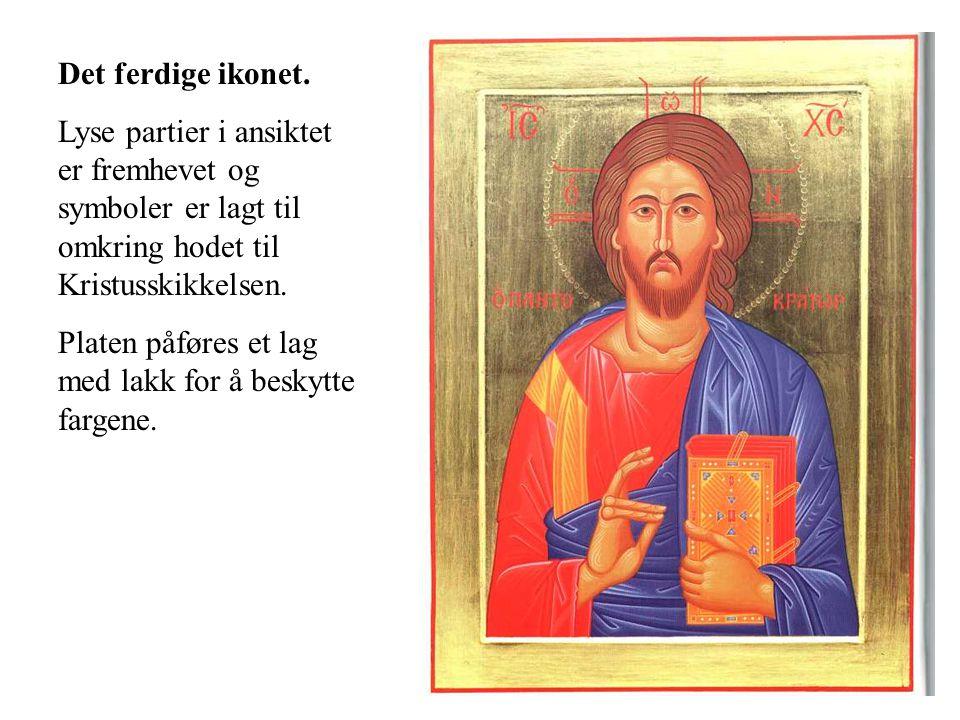Det ferdige ikonet. Lyse partier i ansiktet er fremhevet og symboler er lagt til omkring hodet til Kristusskikkelsen.