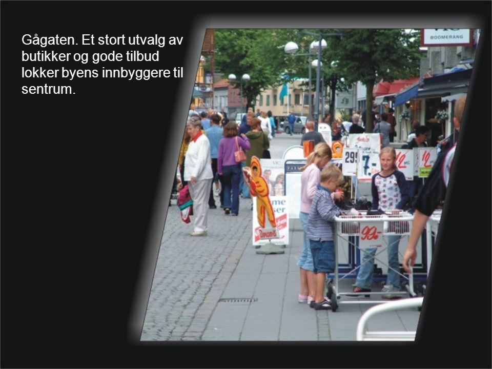 Gågaten. Et stort utvalg av butikker og gode tilbud lokker byens innbyggere til sentrum.