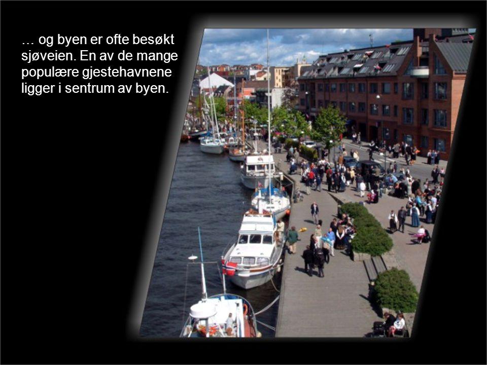… og byen er ofte besøkt sjøveien