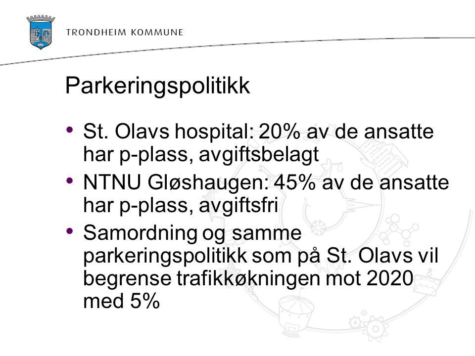Parkeringspolitikk St. Olavs hospital: 20% av de ansatte har p-plass, avgiftsbelagt. NTNU Gløshaugen: 45% av de ansatte har p-plass, avgiftsfri.