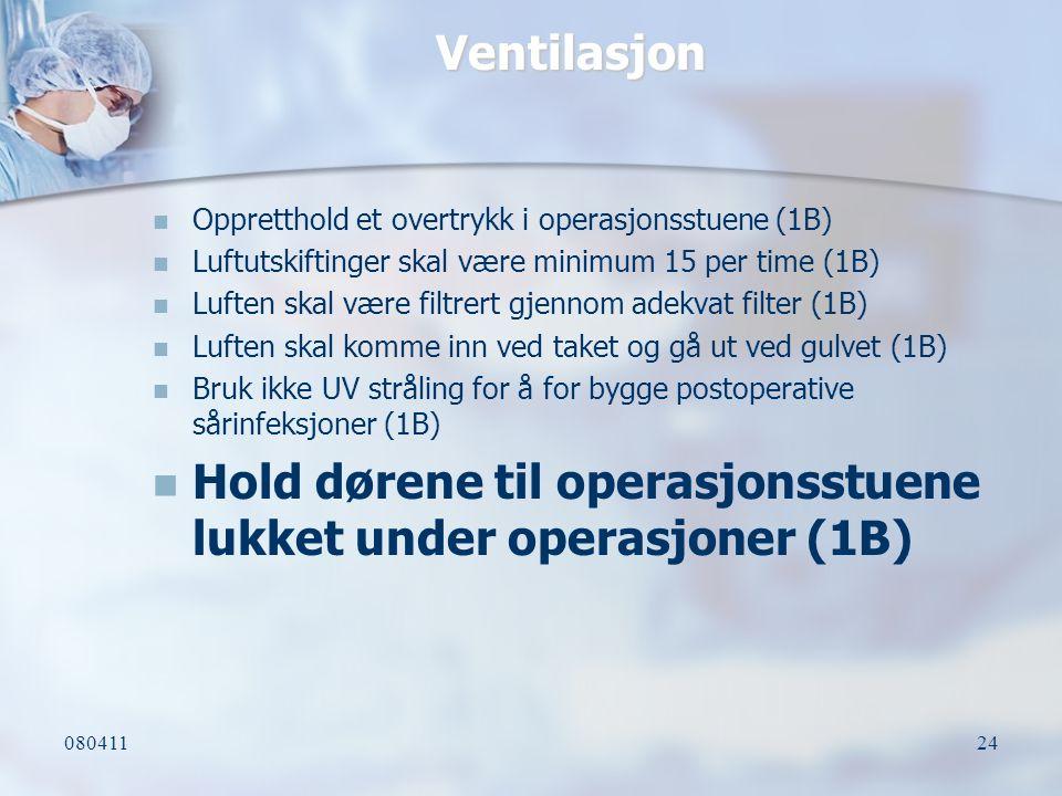 Hold dørene til operasjonsstuene lukket under operasjoner (1B)