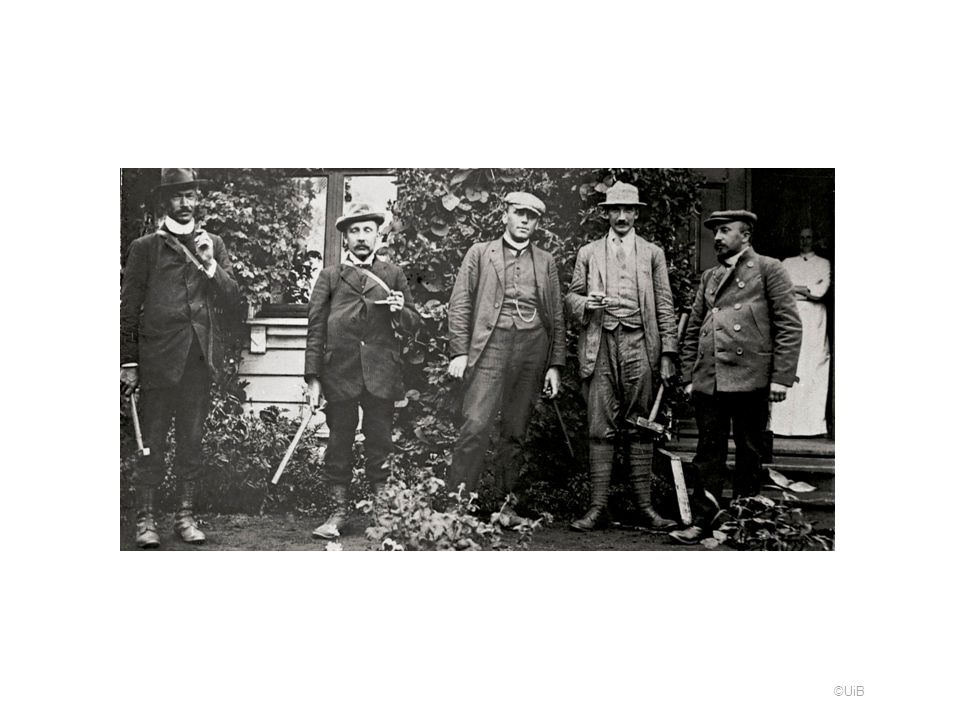 Bildet av disse fem geologene finnes også i BergensMuseums Årbok fra 1914 Vegbok, Hordaland, og viser museumsassistent Olav Melkild sammen med 4 svenskegeologer, som i 1912 gjennomførte ekskursjoner til Bergensfeltet. Billedtekst i årboka: Fra de svenske geologers ekskursion i 1912. Paa billedet sees fra venstremot høire: statsgeolog dr. Johansson, statsgeolog dr. Gavelin, amanuensis Bäckström, professor dr. Quensel og museumsassistent Melkild .Negativet til bildet finnes i samlingen etter John Rekstad, så det er sannsynligvis Rekstad som er fotograf. Bildet finnes i billedsamlingen, Universitetet i Bergen.