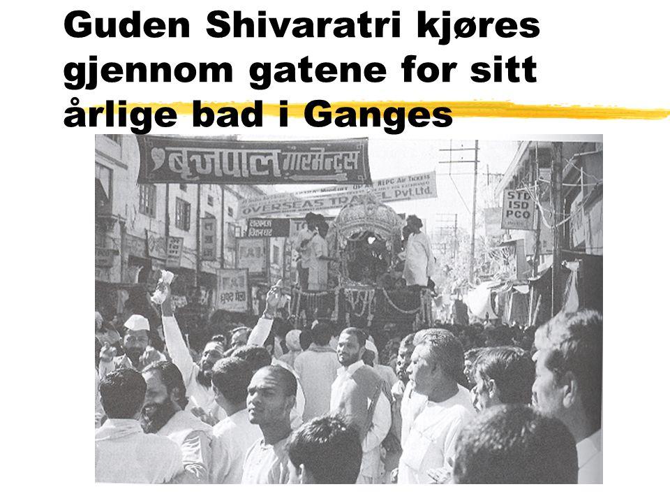 Guden Shivaratri kjøres gjennom gatene for sitt årlige bad i Ganges