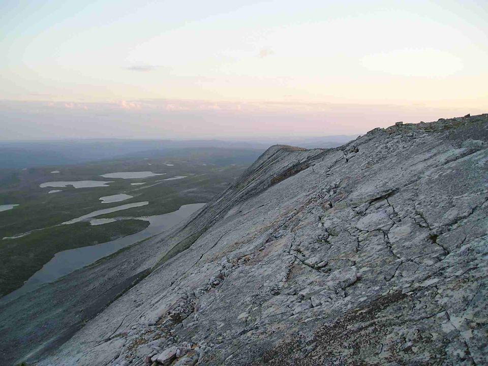 Sedimentær lagflate styrer formen på brattkanten.