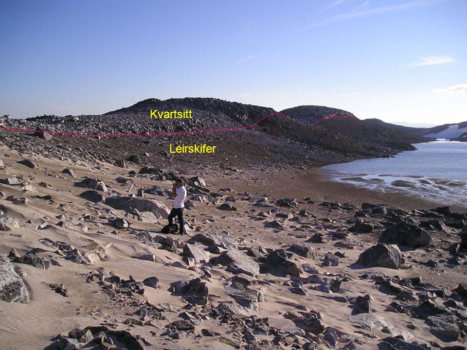Kvartsitt Leirskifer Depresjon dannet i leirskifer N for Hakŋalancearru ryggen. Geologiske skille