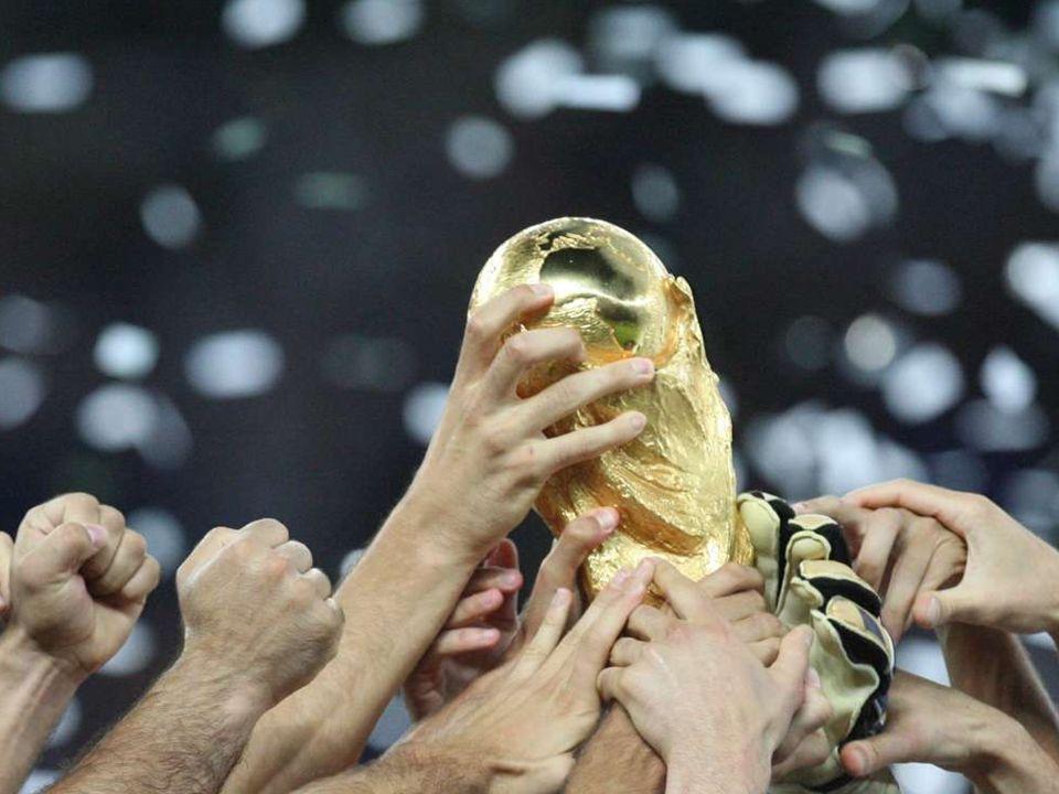 Die italienische Nationalmannschaft mit dem WM-Pokal.