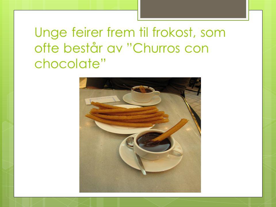 Unge feirer frem til frokost, som ofte består av Churros con chocolate