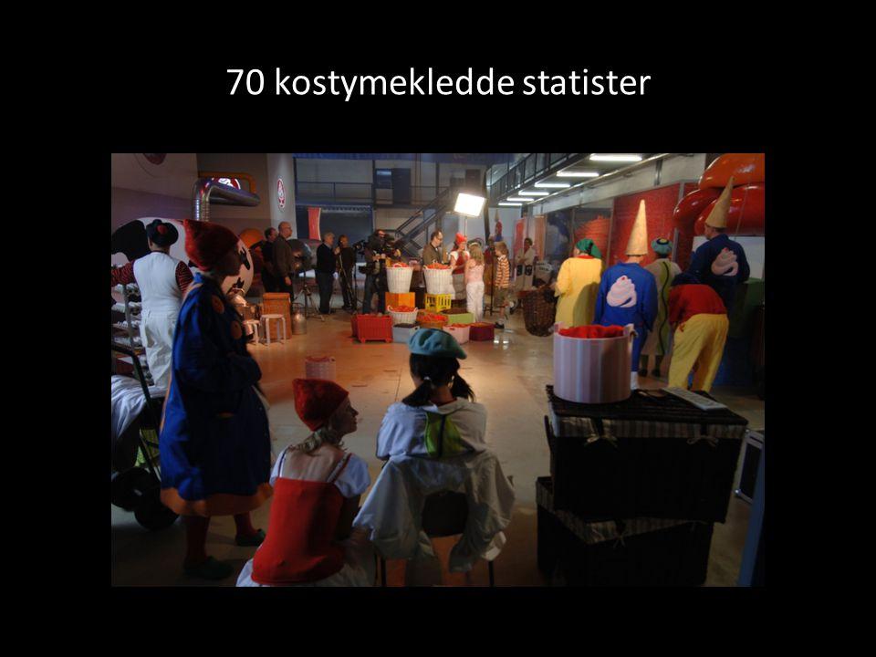 70 kostymekledde statister