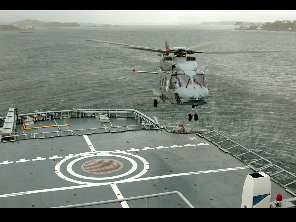 NH90-helikopter på dekket til KV Svalbard