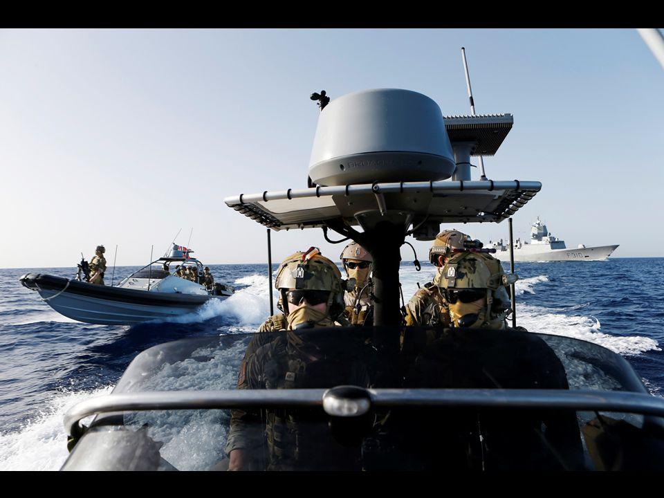 To av MJKs RIBer ved KNM Fritjof Nansen på tokt i Rødehavet