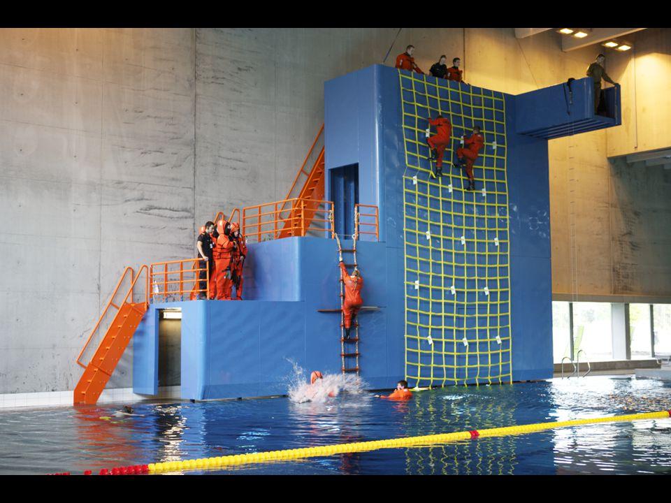 Her ser øvelse i skipssiden vi har bygget i innendørsbassenget.
