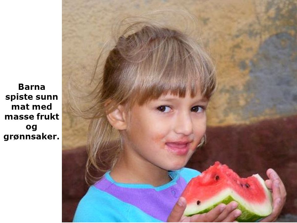 Barna spiste sunn mat med masse frukt og grønnsaker.
