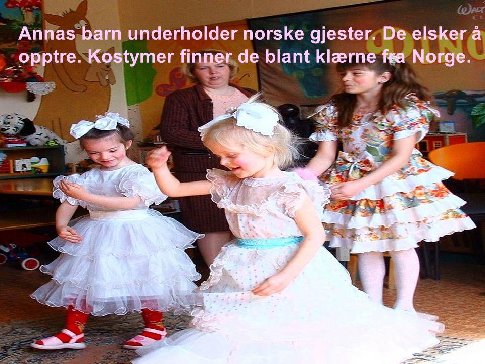 Annas barn underholder norske gjester. De elsker å opptre
