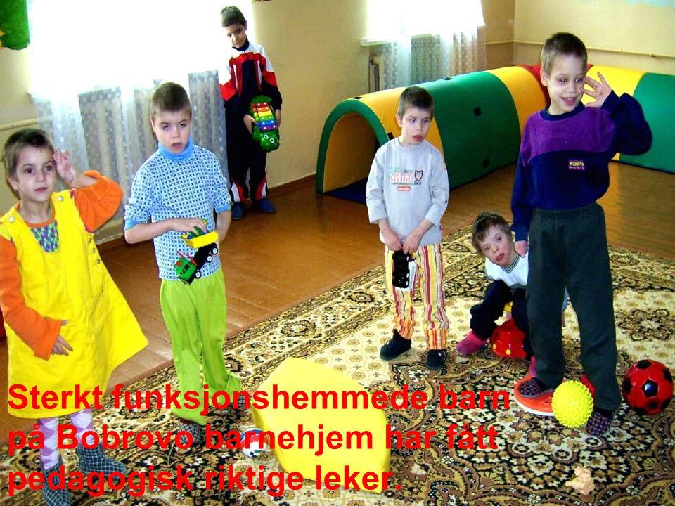 Sterkt funksjonshemmede barn på Bobrovo barnehjem har fått pedagogisk riktige leker.