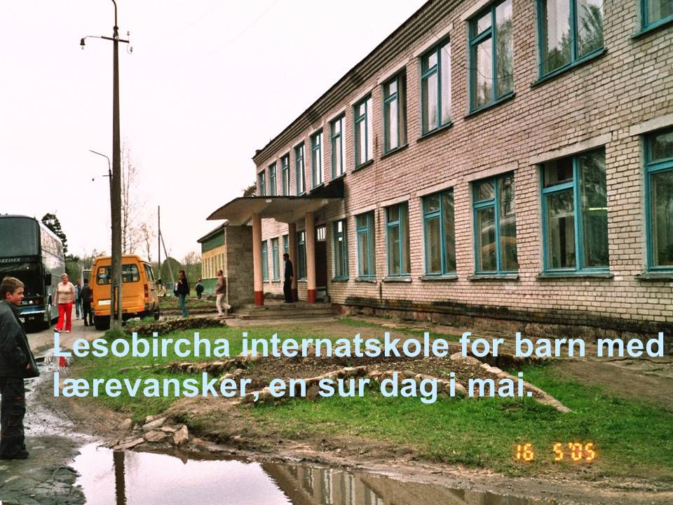 Lesobircha internatskole for barn med lærevansker, en sur dag i mai.