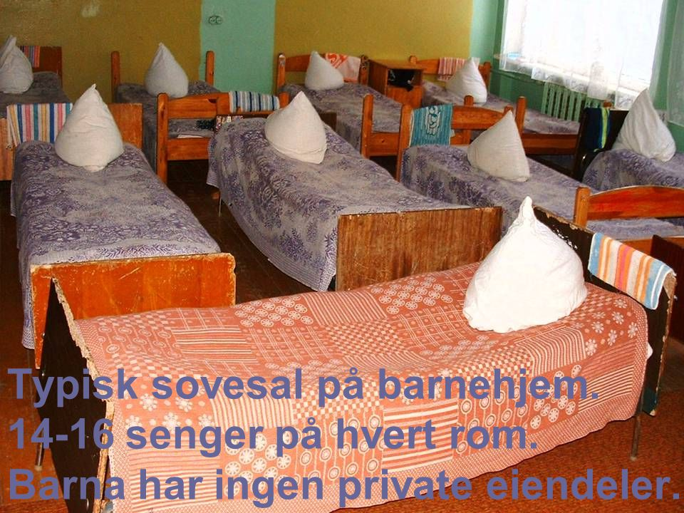Typisk sovesal på barnehjem. 14-16 senger på hvert rom