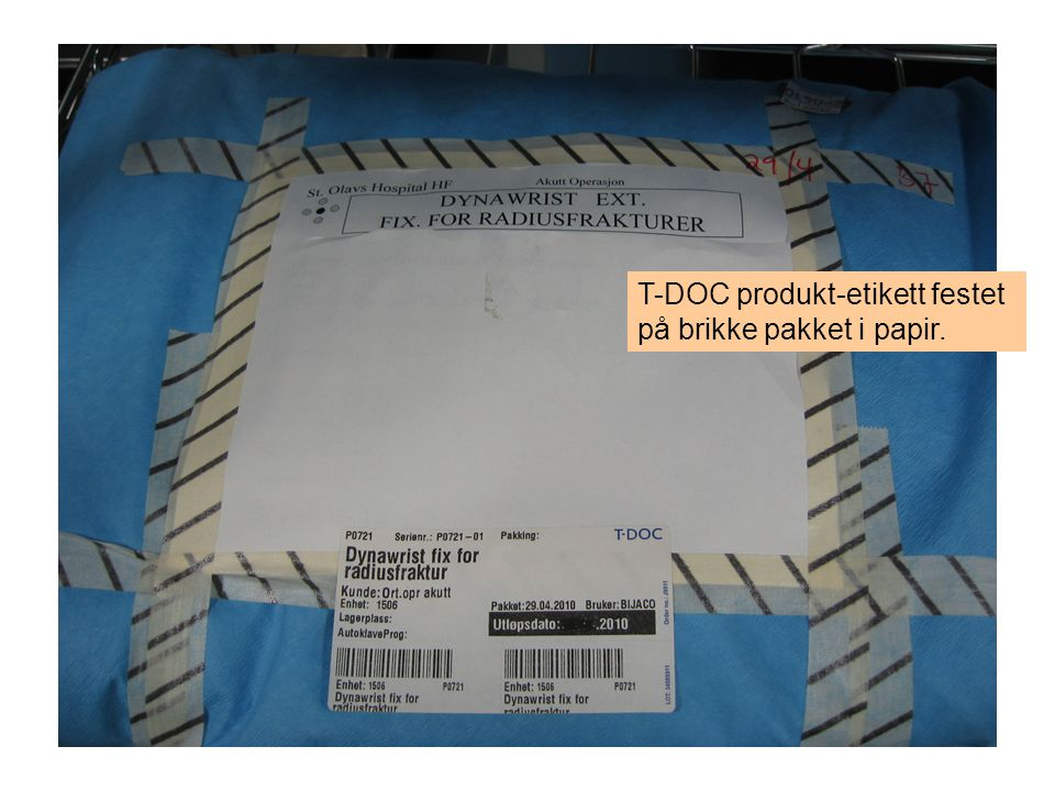 T-DOC produkt-etikett festet på brikke pakket i papir.