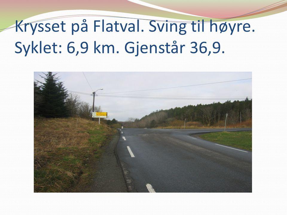 Krysset på Flatval. Sving til høyre. Syklet: 6,9 km. Gjenstår 36,9.