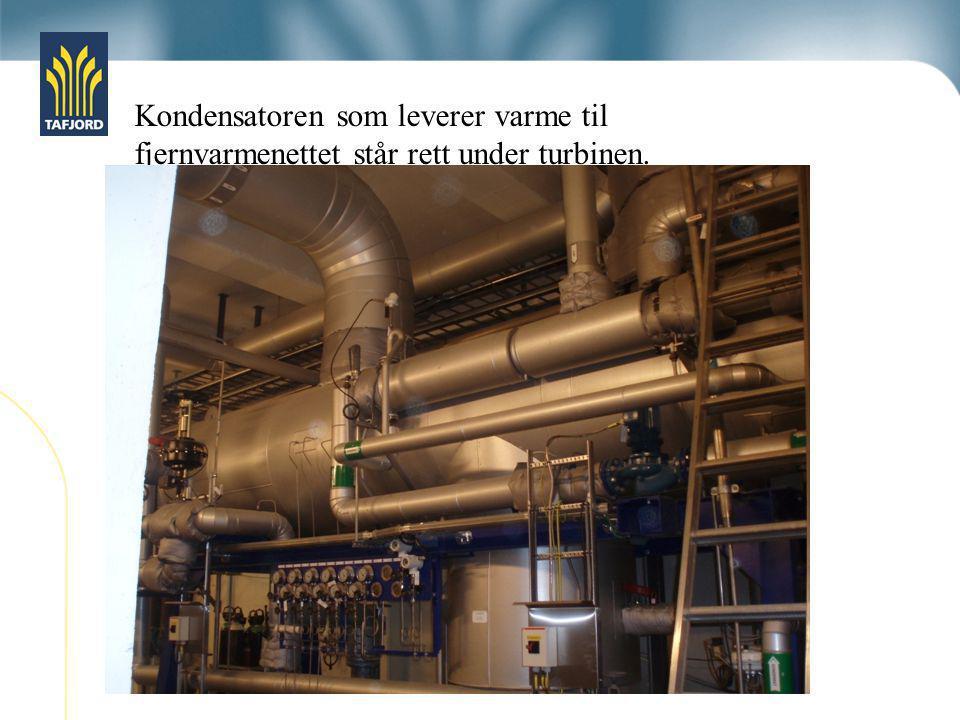 Kondensatoren som leverer varme til fjernvarmenettet står rett under turbinen.