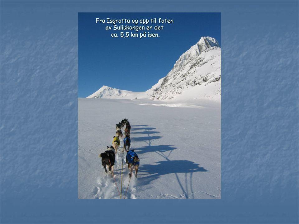 Fra Isgrotta og opp til foten av Suliskongen er det ca. 5,5 km på isen.
