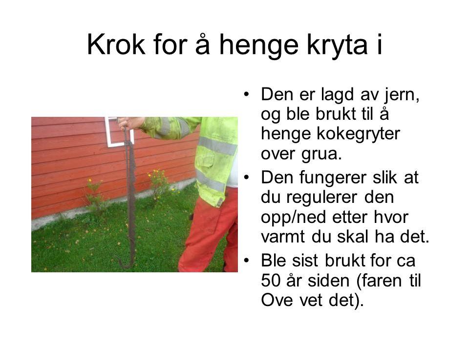 Krok for å henge kryta i Den er lagd av jern, og ble brukt til å henge kokegryter over grua.
