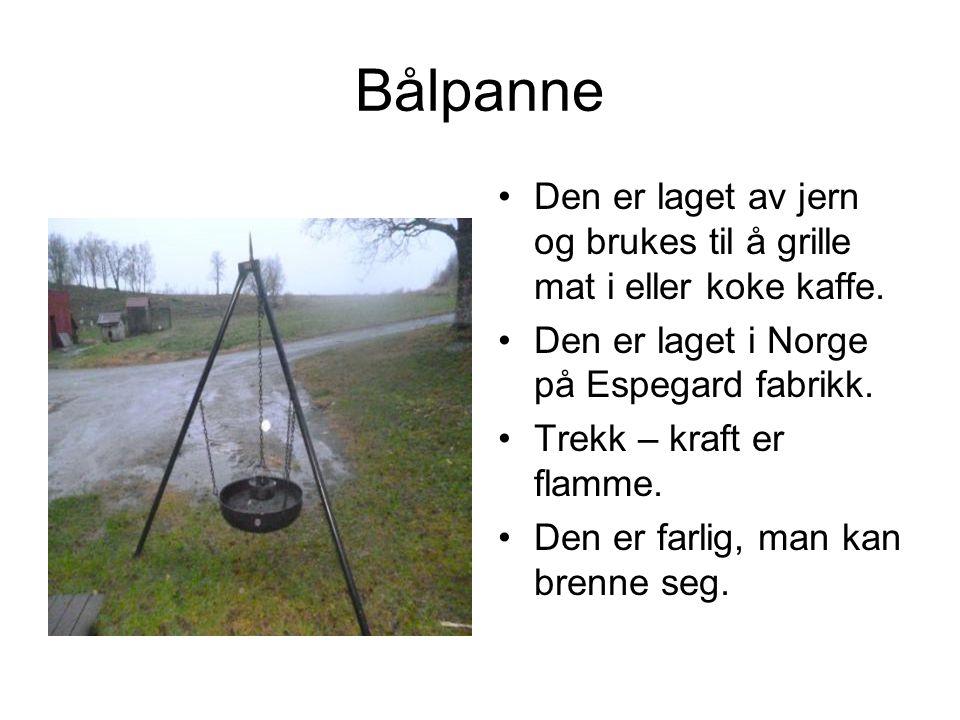 Bålpanne Den er laget av jern og brukes til å grille mat i eller koke kaffe. Den er laget i Norge på Espegard fabrikk.