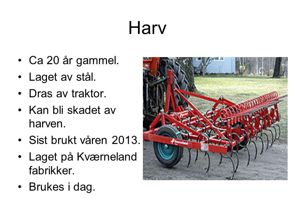 Harv Ca 20 år gammel. Laget av stål. Dras av traktor.