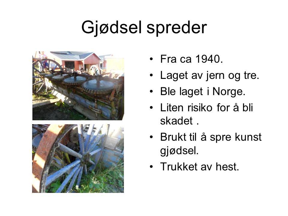 Gjødsel spreder Fra ca 1940. Laget av jern og tre. Ble laget i Norge.