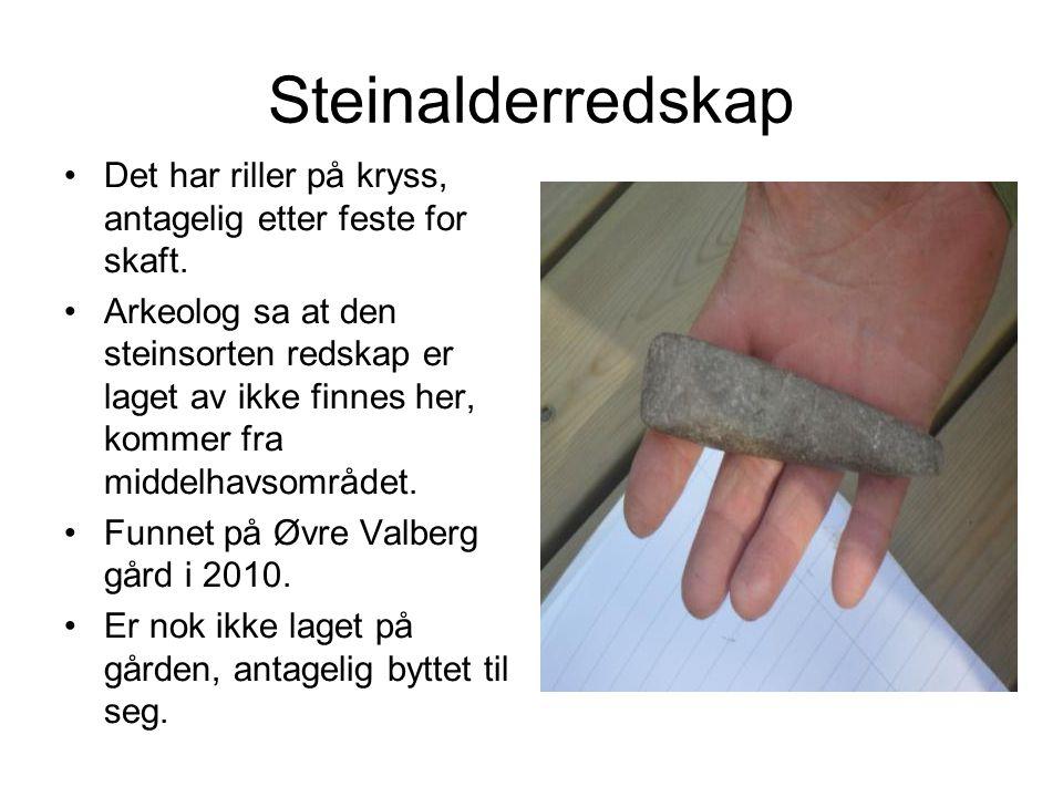Steinalderredskap Det har riller på kryss, antagelig etter feste for skaft.