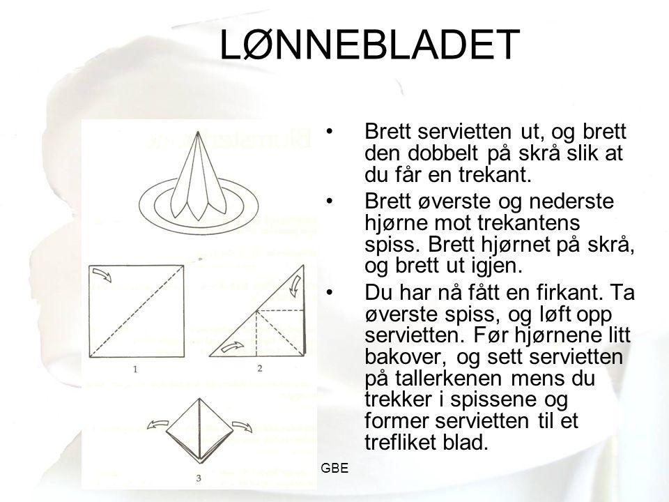LØNNEBLADET Brett servietten ut, og brett den dobbelt på skrå slik at du får en trekant.