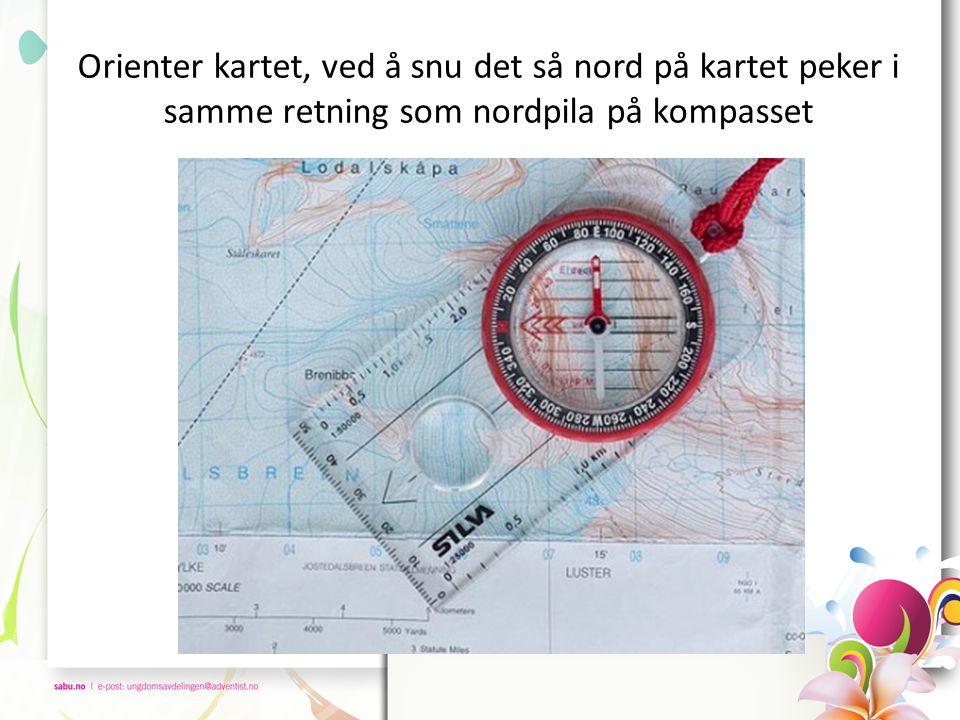 Orienter kartet, ved å snu det så nord på kartet peker i samme retning som nordpila på kompasset