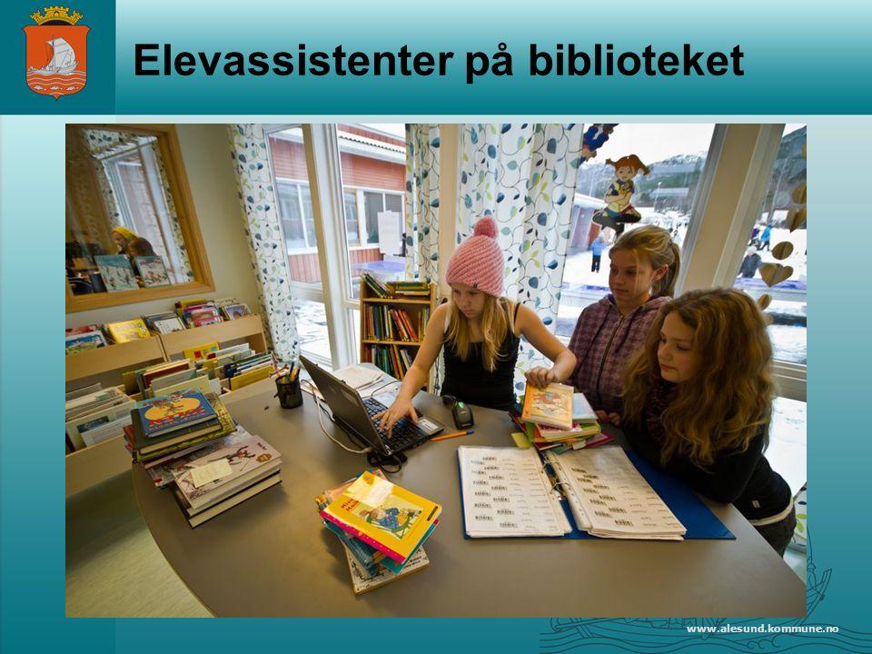 Elevassistenter på biblioteket