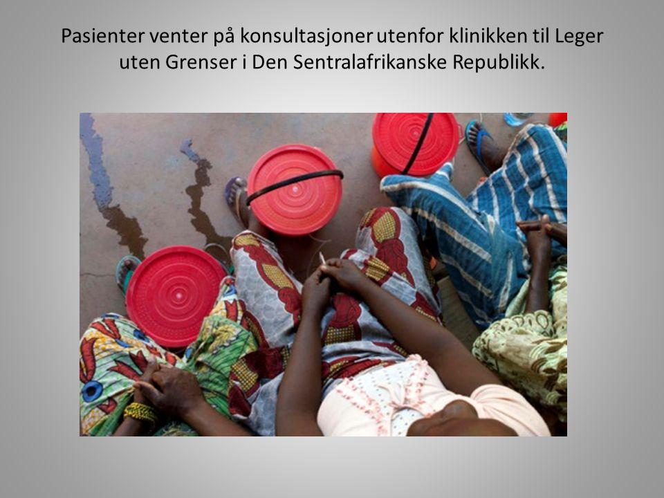 Pasienter venter på konsultasjoner utenfor klinikken til Leger uten Grenser i Den Sentralafrikanske Republikk.