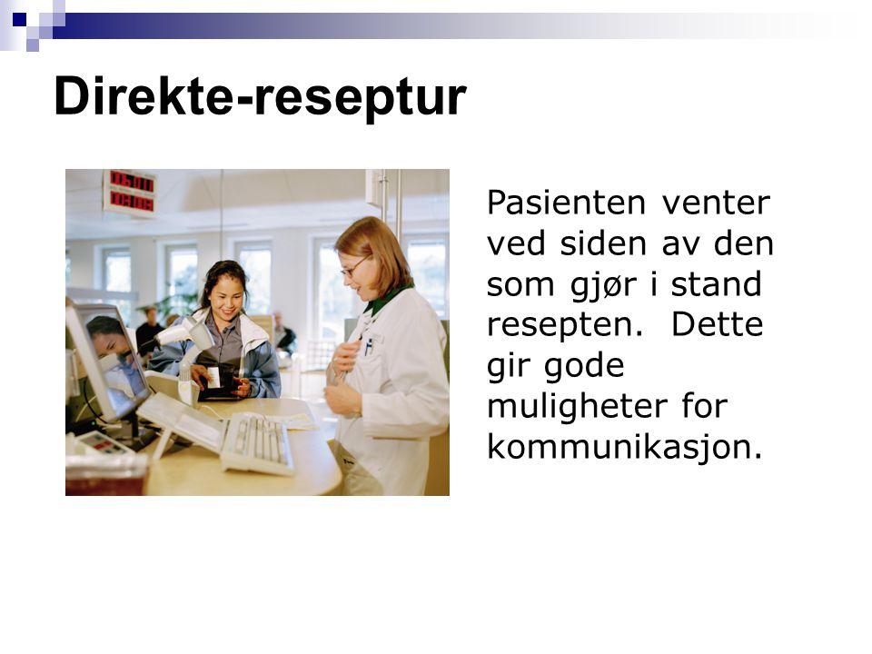Direkte-reseptur Pasienten venter ved siden av den som gjør i stand resepten.