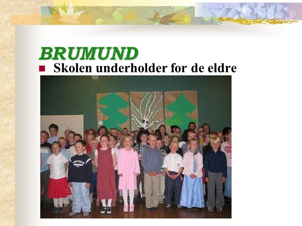 BRUMUND Skolen underholder for de eldre