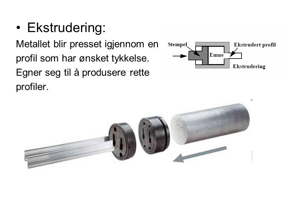Ekstrudering: Metallet blir presset igjennom en