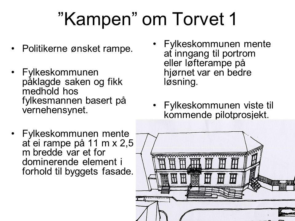 Kampen om Torvet 1 Fylkeskommunen mente at inngang til portrom eller løfterampe på hjørnet var en bedre løsning.