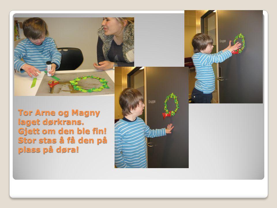 Tor Arne og Magny laget dørkrans. Gjett om den ble fin