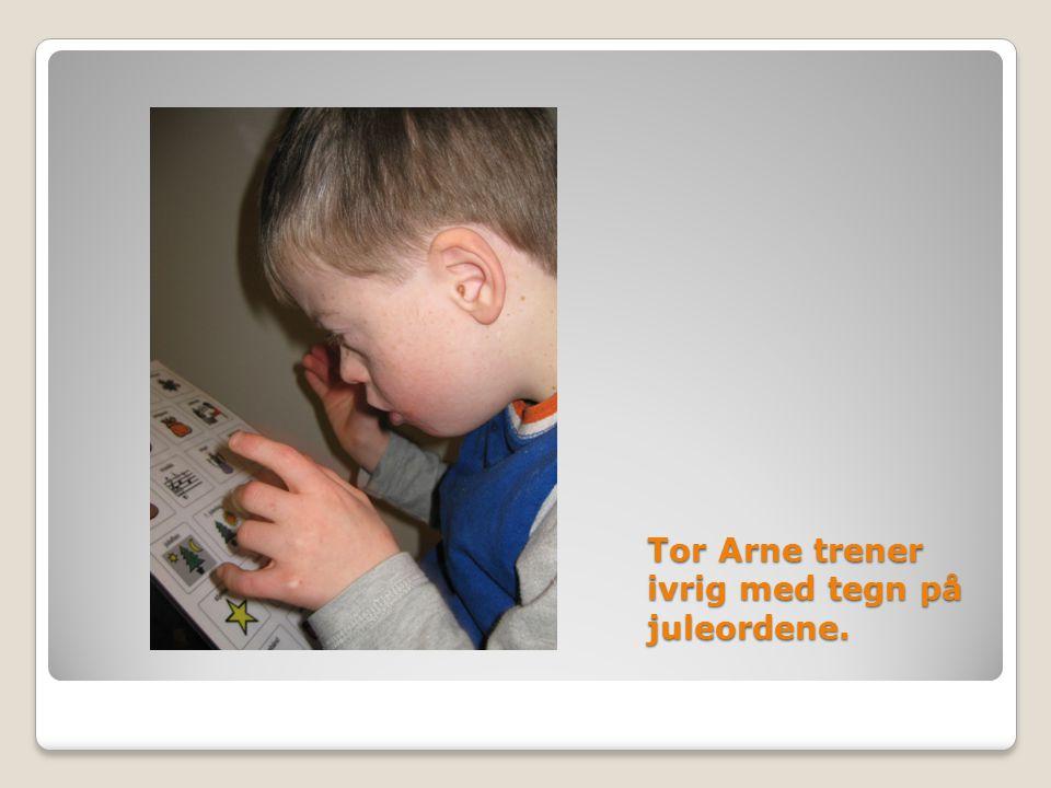 Tor Arne trener ivrig med tegn på juleordene.