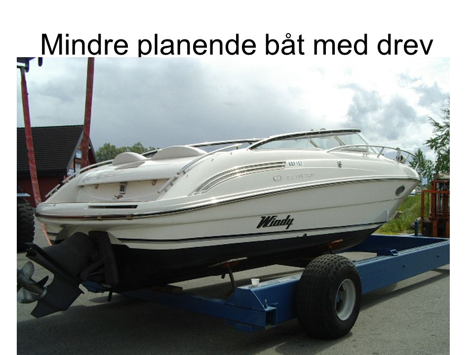 Mindre planende båt med drev