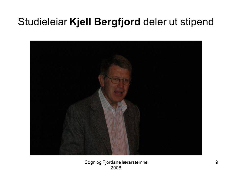 Studieleiar Kjell Bergfjord deler ut stipend