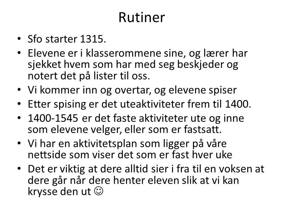 Rutiner Sfo starter 1315. Elevene er i klasserommene sine, og lærer har sjekket hvem som har med seg beskjeder og notert det på lister til oss.