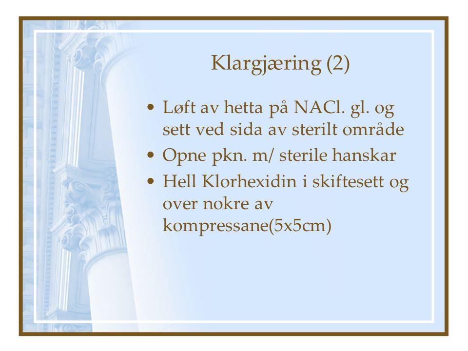 Klargjæring (2) Løft av hetta på NACl. gl. og sett ved sida av sterilt område. Opne pkn. m/ sterile hanskar.
