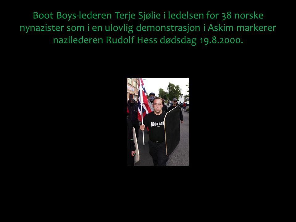 Boot Boys-lederen Terje Sjølie i ledelsen for 38 norske nynazister som i en ulovlig demonstrasjon i Askim markerer nazilederen Rudolf Hess dødsdag 19.8.2000.